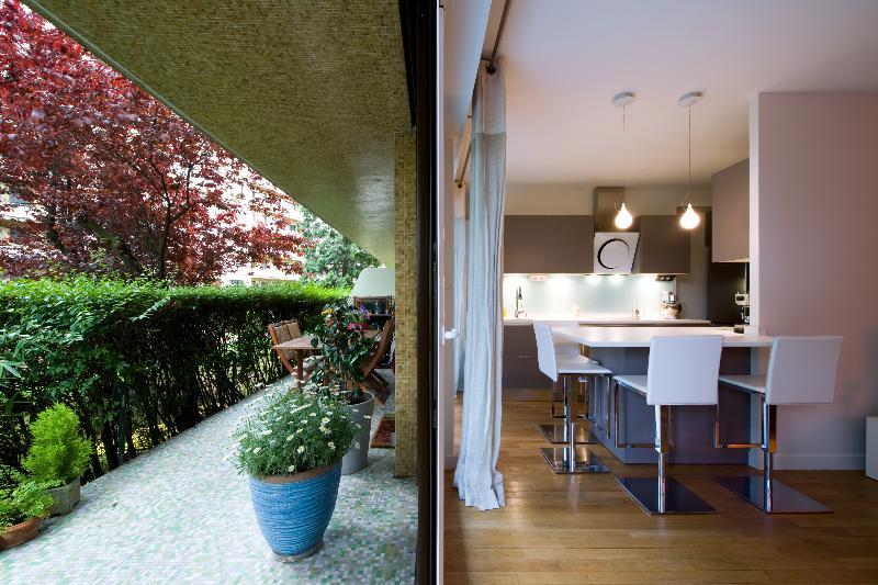 simple la cuisine dans le bain with la cuisine dans le bain. Black Bedroom Furniture Sets. Home Design Ideas