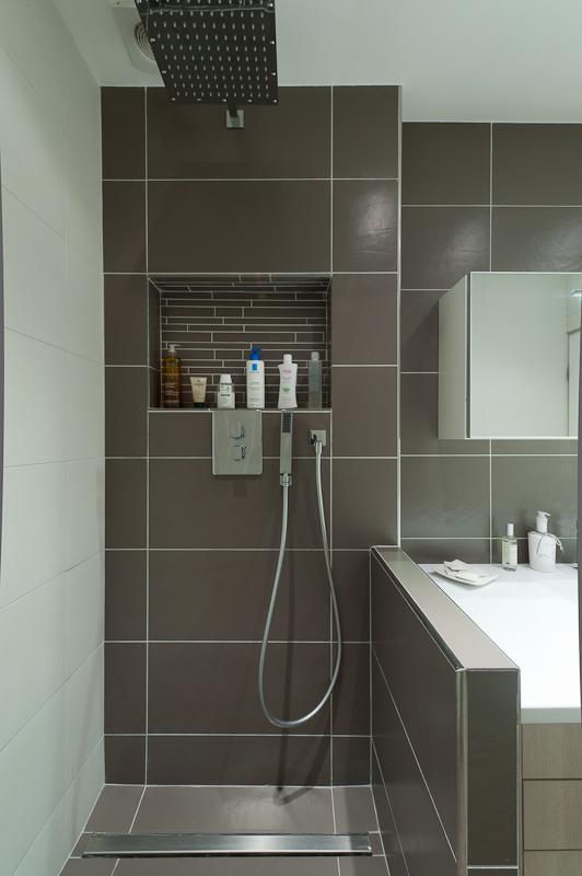 salle de bains toute en longueur sk concept. Black Bedroom Furniture Sets. Home Design Ideas
