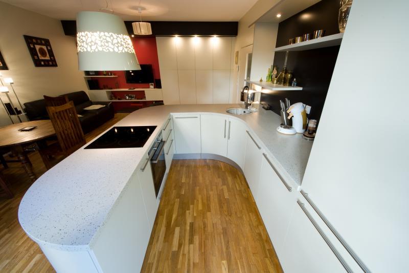 R alisation d une cuisine centrale en u avec du mobilier - Definition d une cuisine centrale ...