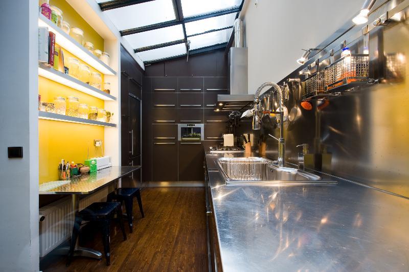 Réalisation d\'une cuisine lumineuse au design industriel avec vue ...
