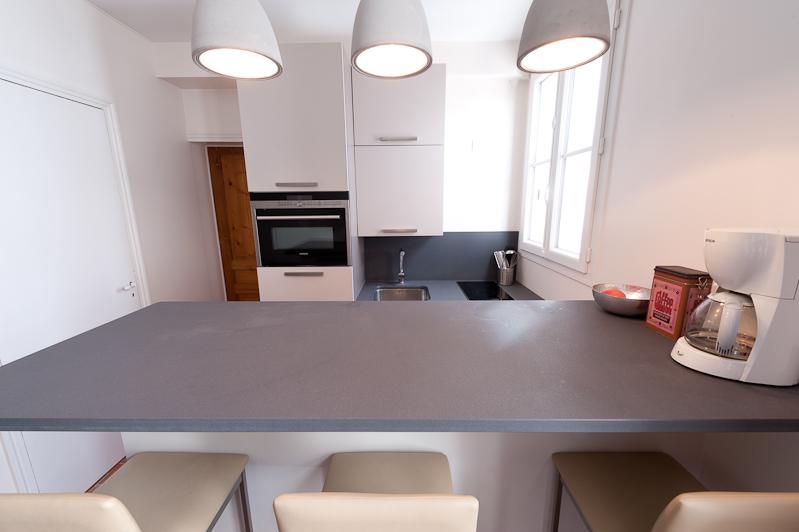 r alisation d 39 une cuisine design et quip dans un concept gain de place dans un studio parisien. Black Bedroom Furniture Sets. Home Design Ideas