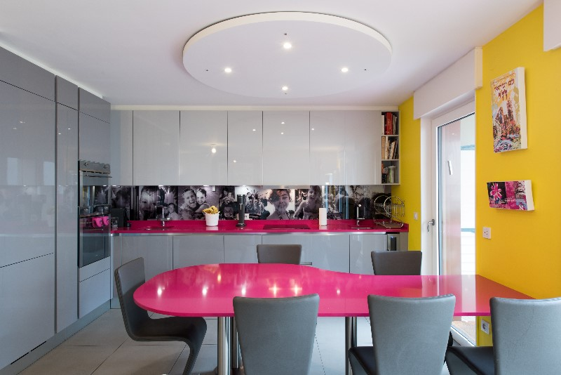 Le pop art s 39 invite dans une cuisine ged cucine paris for Table de cuisine integree
