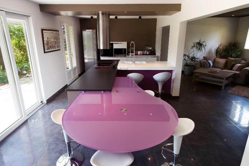 Skconcept cuisine avec lot corian granit et verre paris for Cuisine amenagee avec table integree