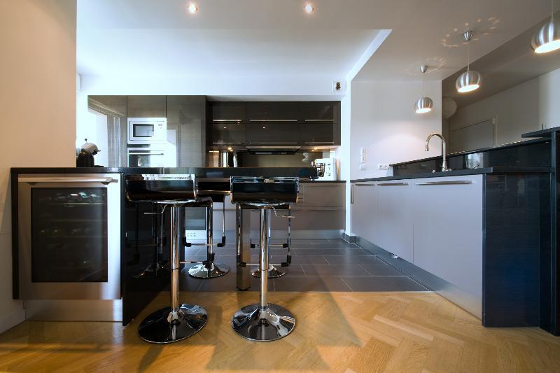 Un plan de cuisine ouverte avec lot central pictures to for Disposition cuisine ouverte