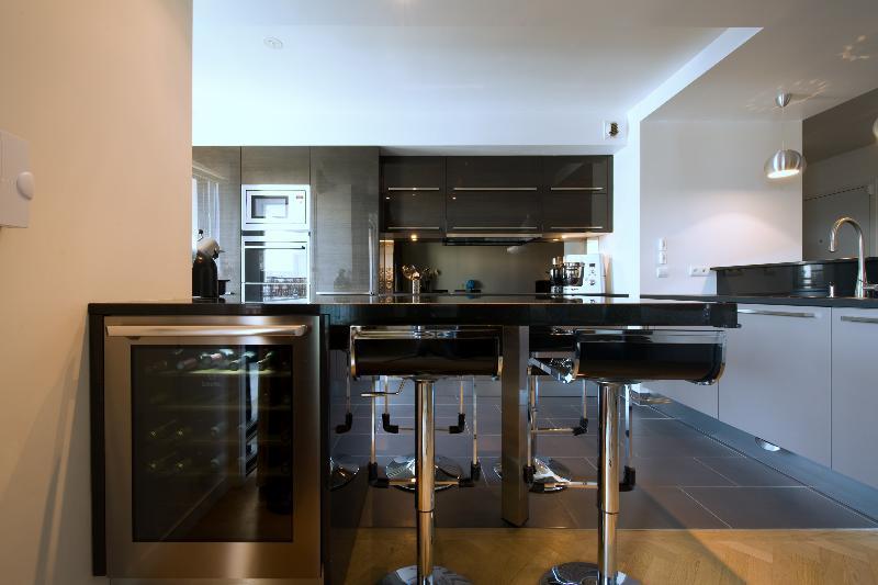 skconcept am nagement d 39 une cuisine ouverte avec lot finition anthracite et plan de travail. Black Bedroom Furniture Sets. Home Design Ideas