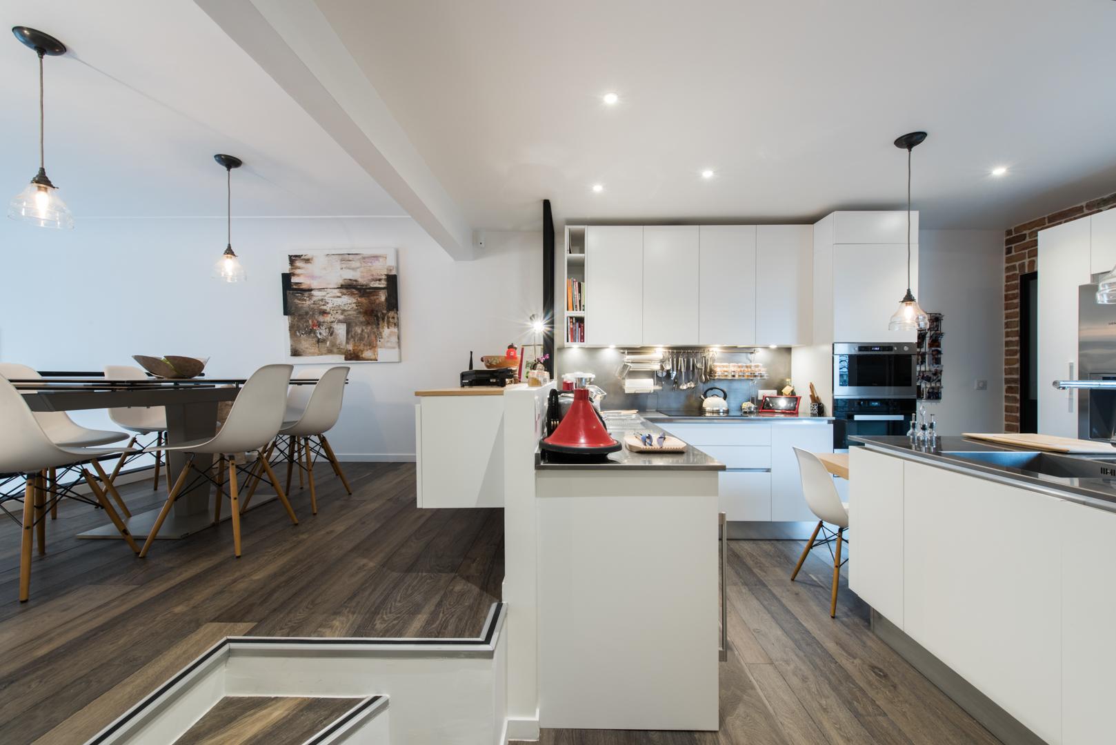 un salon cath drale avec cuisine en mezzanine sk concept. Black Bedroom Furniture Sets. Home Design Ideas